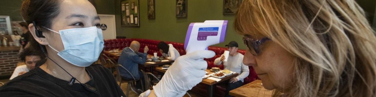 Los establecimientos de gastronomia toman nuevos recaudos con los clientes. Temperatura y distanciamiento son los principales.