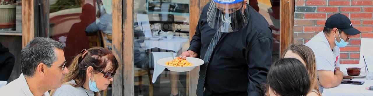 El área gastronómica abre con medidas preventivas.Ya la gente se sienta a comer con le protocolo de covid-19 para locales gastronomicos.