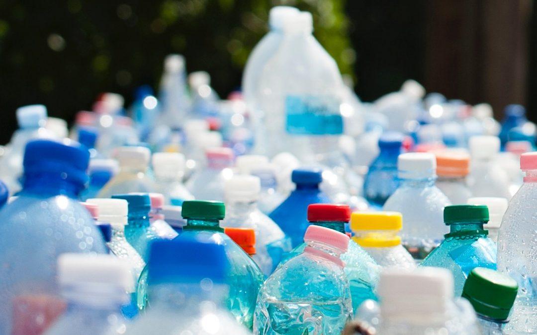 Cómo servir agua sin botellas de plástico y no morir en el intento